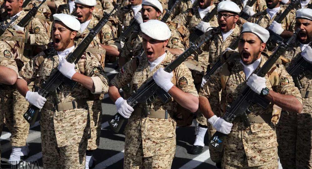 Soldados iranianos em marcha (foto de arquivo)
