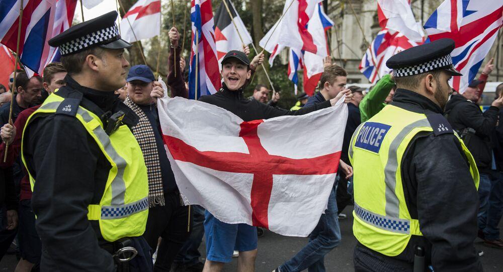 Manifestantes de Grã-Bretanha Primeiro e da Liga de Defesa Inglesa (EDL) em protesto na Avenida Northumberland, em Londres.