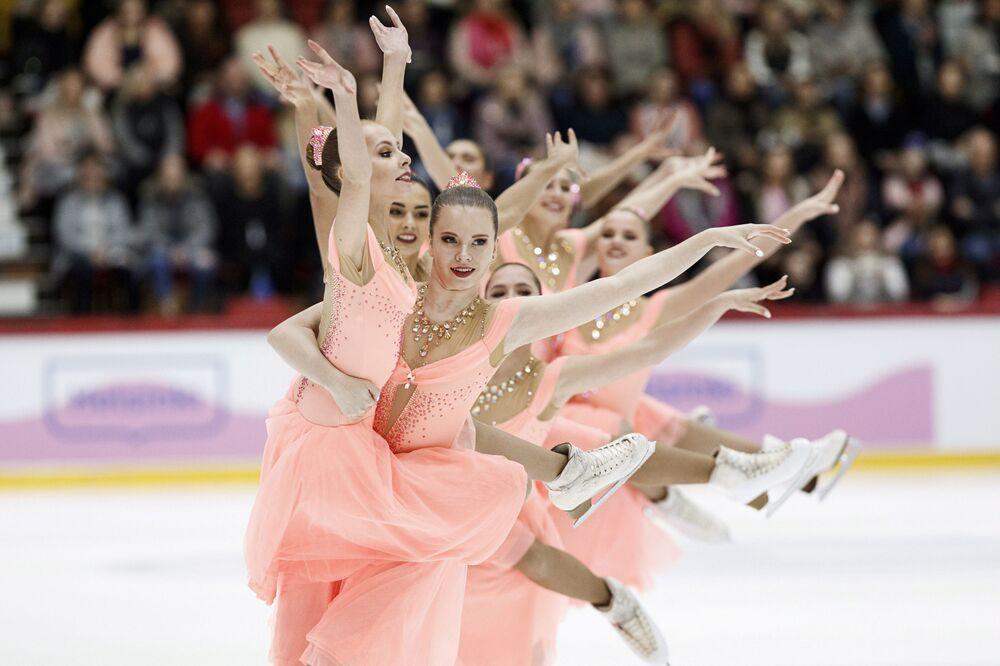 Equipe Paradise, da Rússia, executa performance de patinação durante competição em Helsinki, Finlândia