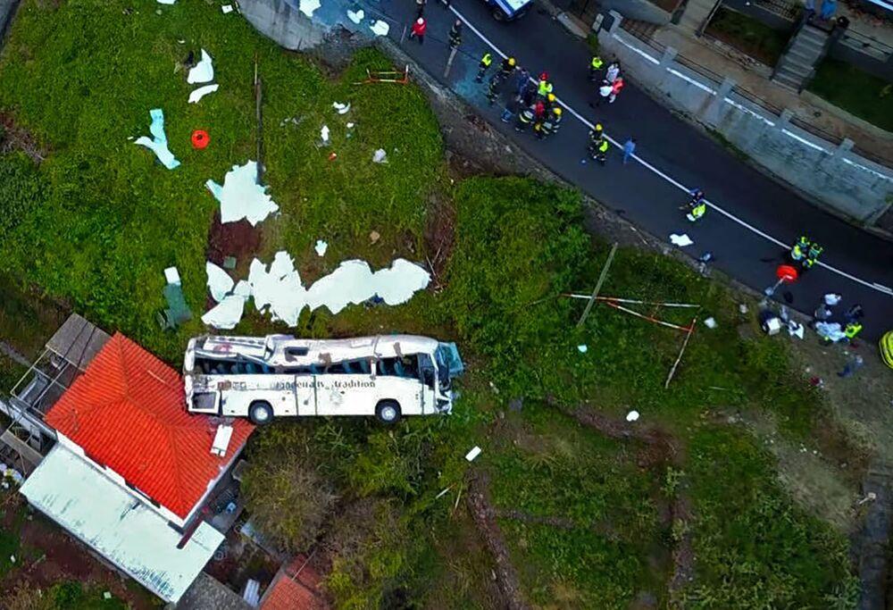 Foto mostra destroços de ônibus turístico que sofreu acidente na ilha portuguesa da Madeira, em 17 de abril de 2019