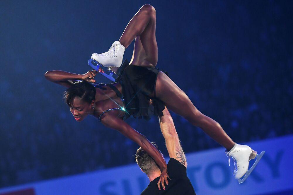 Patinadores do gelo franceses Vanessa James e Morgan Cipret se apresentam durante Campeonato Mundial de Patinação Artística em Fukuoka, Japão