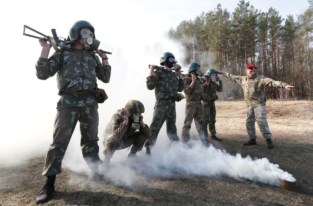 Militares bielorrussos durante exame para ingressar na unidade de elite, perto da aldeia de Valowshchyna, Bielorrússia, 16 de abril de 2019