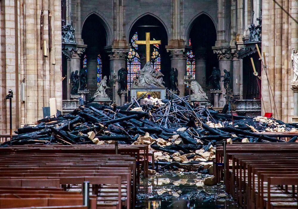 Altar da Catedral de Notre-Dame após o incêndio, Paris, França