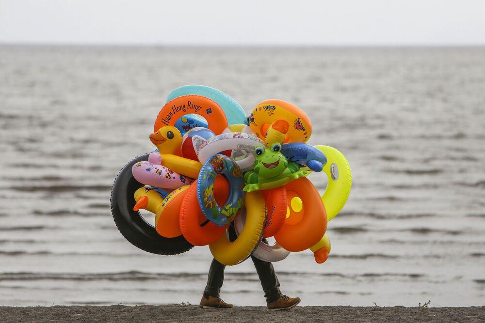 Vendedor ambulante de boias na margem de um lago em Granada, Espanha