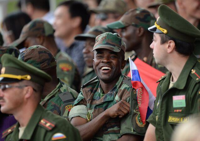 Militar angolano com uma pequena bandeira russa durante a competição Biatlo de Tanques na Rússia