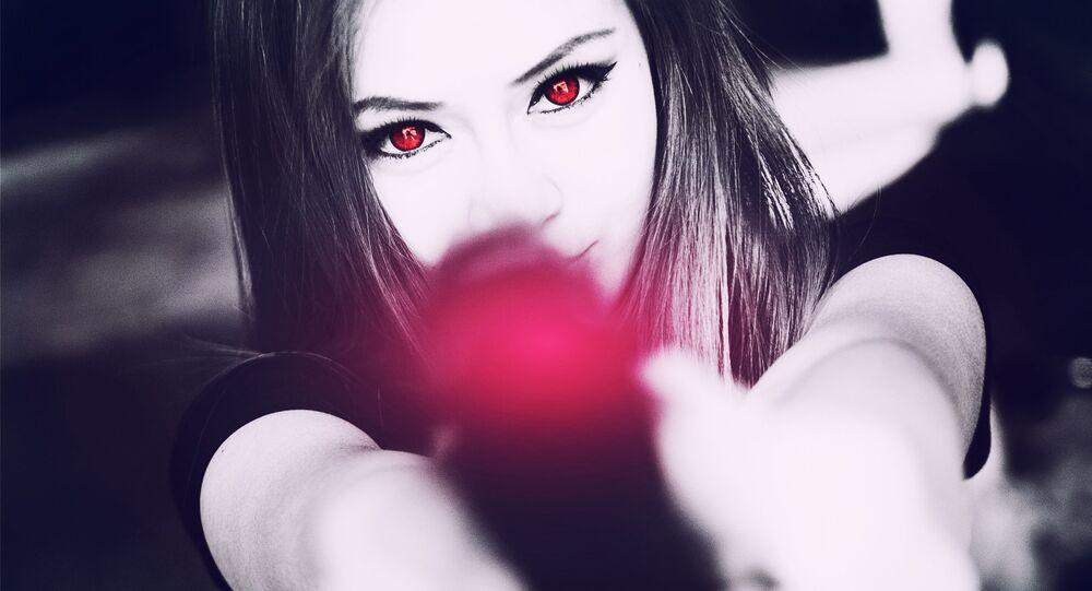 Mulher com arma (imagem referencial)