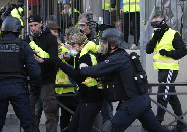 Coletes amarelos protestam em Paris