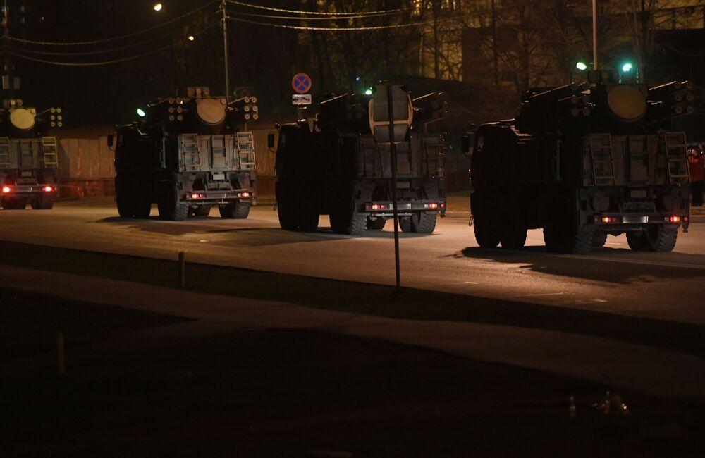 Carros militares carregados com munições avistados se movimentando por rodovia perto de Moscou