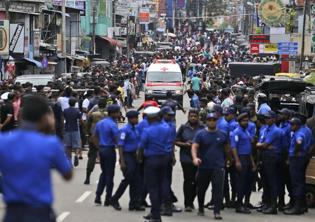 Ambulância tenta passar por multidão para prestar assistência a vítimas de atentado em Colombo, capital do Sri Lanka (arquivo)