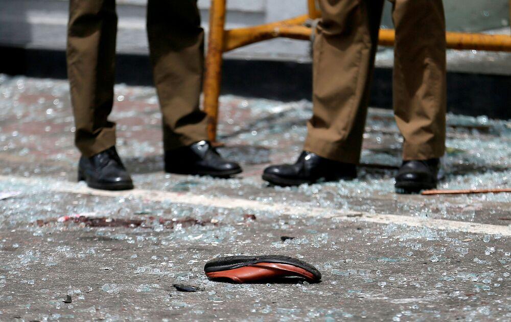 Calçado de uma vítima visto no local do atentado perto da igreja de Santo Antônio, Colombo