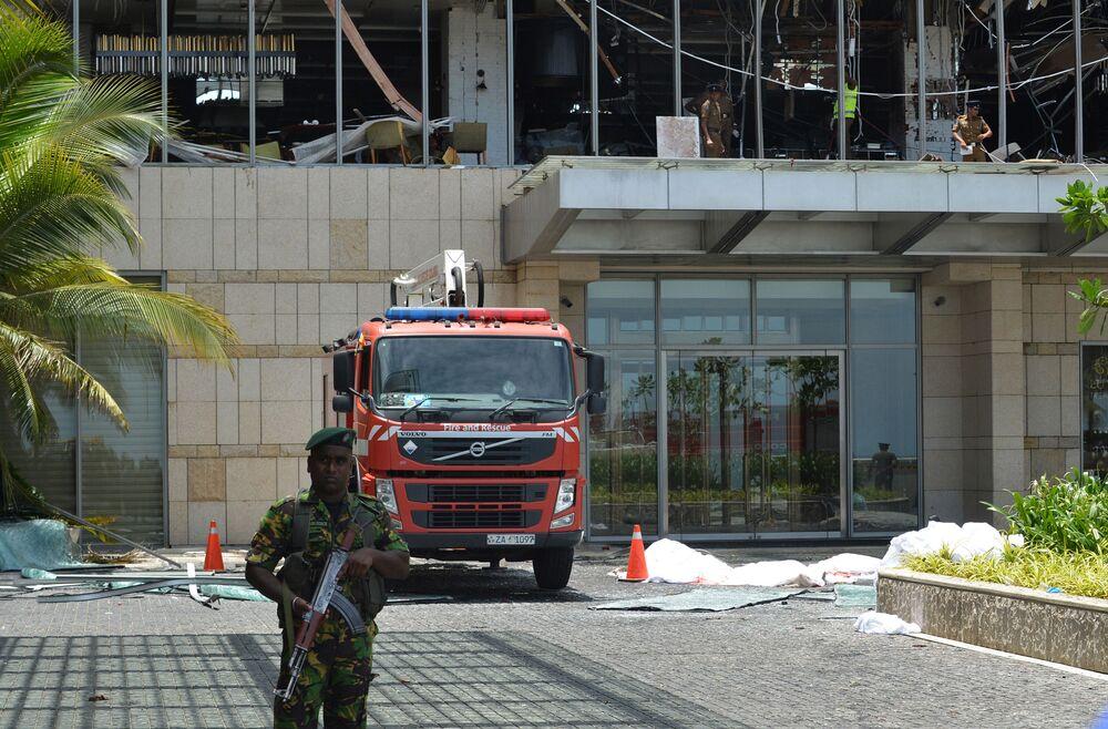 Polícia patrulha área perto de um hotel que foi afetado por explosão em 21 de abril