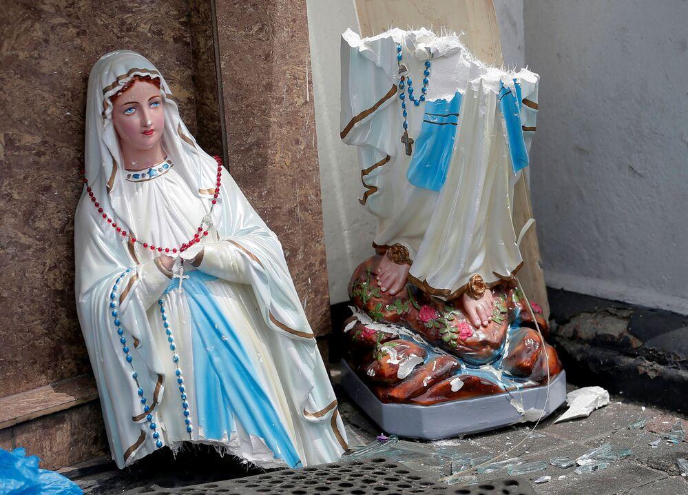A estátua da Virgem Maria quebrada em resultado de explosão, igreja de Santo Antônio, Colombo