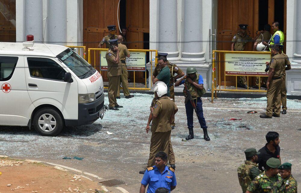 Agentes de segurança e médicos chegam à igreja católica afetada por atentado