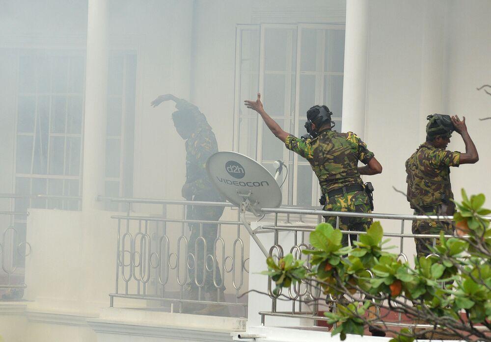 Militares do Sri Lanka inspecionam um dos hotéis abalados por explosão