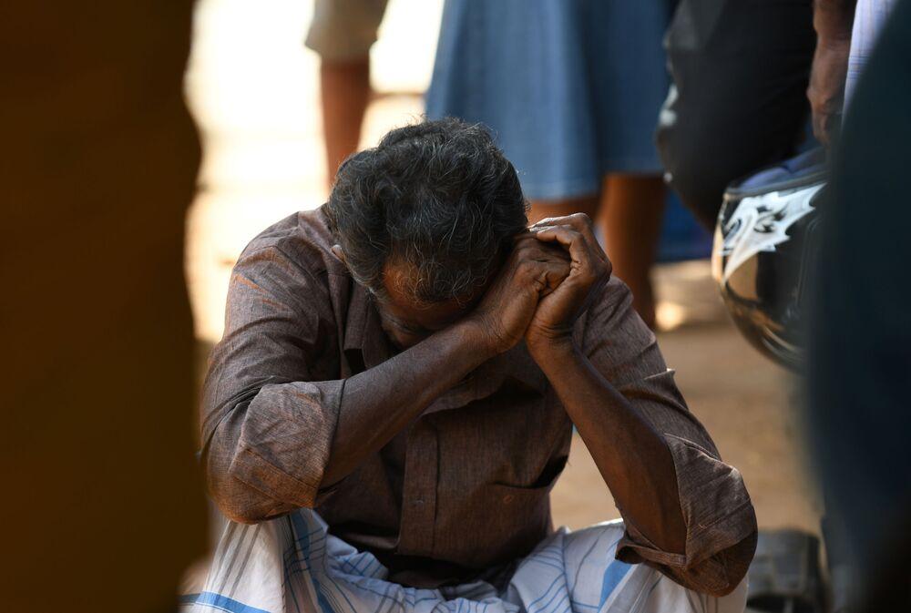 Parente de vítimas de explosão chora perto da entrada do Hospital de Batticaloa, Sri Lanka, no dia 21 de abril