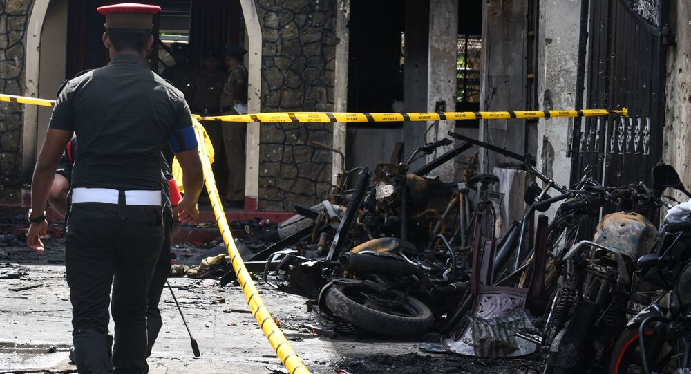 Um policial andando no local da explosão que afetou igreja de Zion, no leste do Sri Lanka