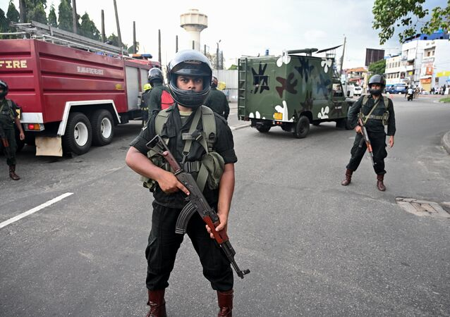 Soldados do Sri Lanka controlam área perto da igreja de Santo Antônio após explosão de van