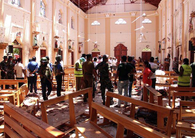 Interior da igreja de São Sebastião em Negombo, Sri Lanka, depois do atentado