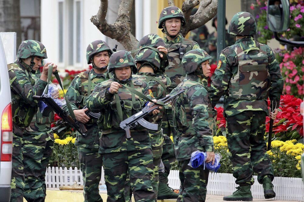 Soldados vietnamitas na estação ferroviária de Dong Dang, à espera do líder norte-coreano Kim Jong-un
