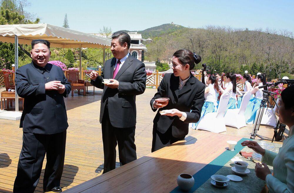 O líder norte-coreano bebe chá com o presidente chinês Xi Jinping em Dalian, China