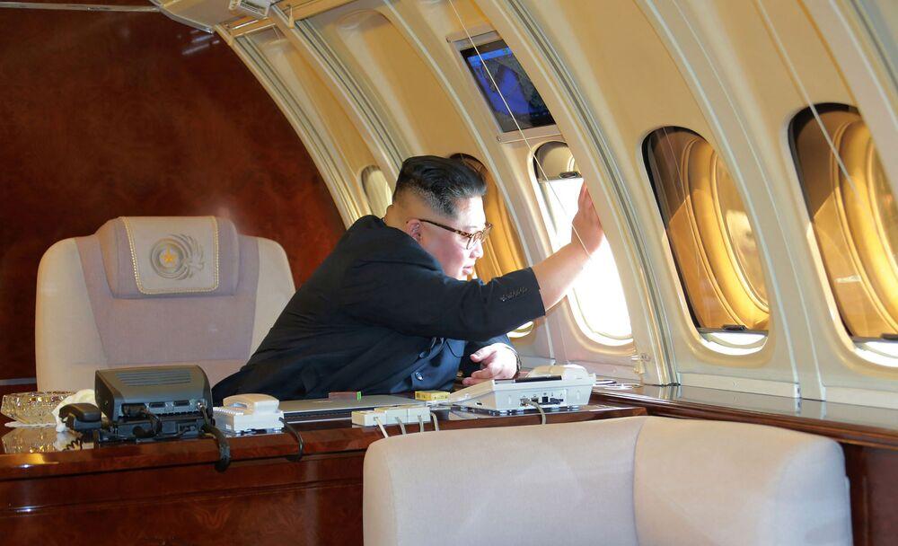 Kim Jong-un em um avião privado antes de deixar Pequim