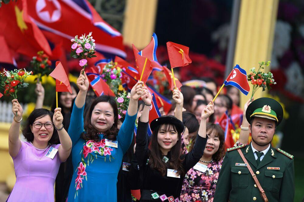 Vietnamitas esperam chegada de Kim Jong-un à estação ferroviária de Dong Dang