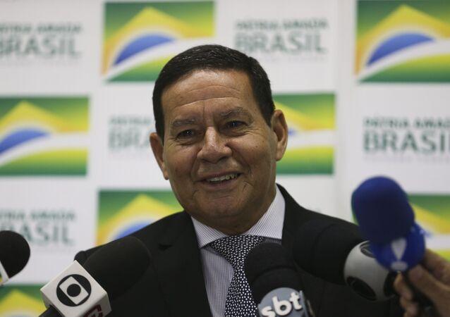 Vice-presidente do Brasil, Hamilton Mourão, falando com a imprensa em 7 de fevereiro de 2019