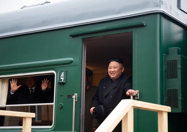 Kim Jong-un sai do trem blindado para a estação da cidade russa de Khasan (foto de arquivo)