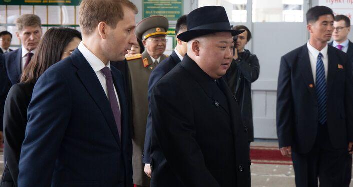 Líder norte-coreano é recebido por oficiais russos