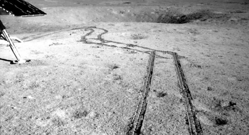 Marcas deixadas pelo rover chinês Yutu-2 na superfície da lua