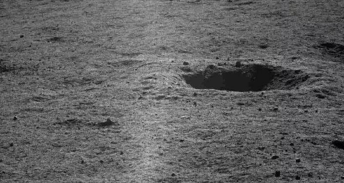 Imagem tirada pela sonda chinesa Yutu-2 da superfície da cratera lunar de Von Karman