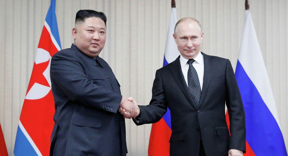 Presidente russo Vladimir Putin e o líder norte-coreano Kim Jong-un apertam as mãos durante cúpula na Universidade Federal do Extremo Oriente, em Vladivostok, Rússia, 25 de abril de 2019