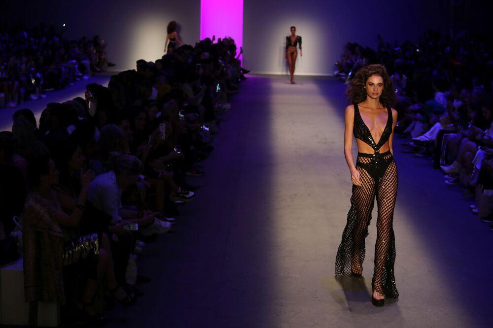Modelo veste maiô com canga transparente da coleção de Amir Slama na São Paulo Fashion Week
