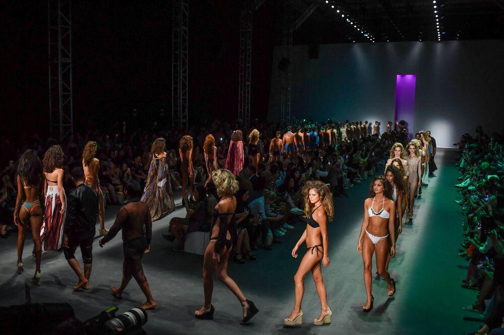 Modelos expõem coleção de Amir Slama no final do desfile na São Paulo Fashion Week