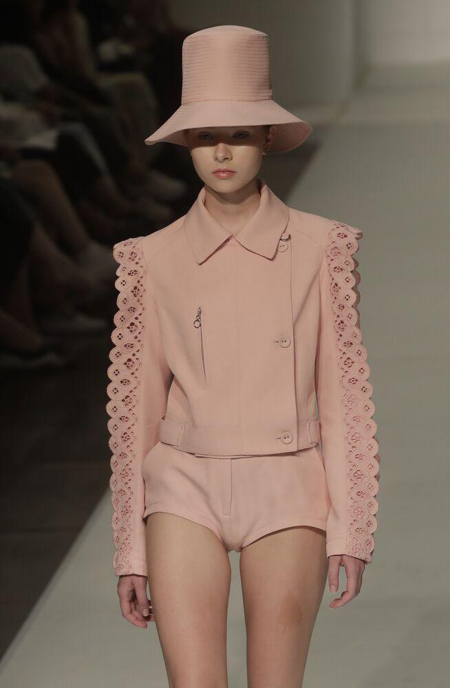Modelo desfila com peças rosa de Reinaldo Lourenco na São Paulo Fashion Week