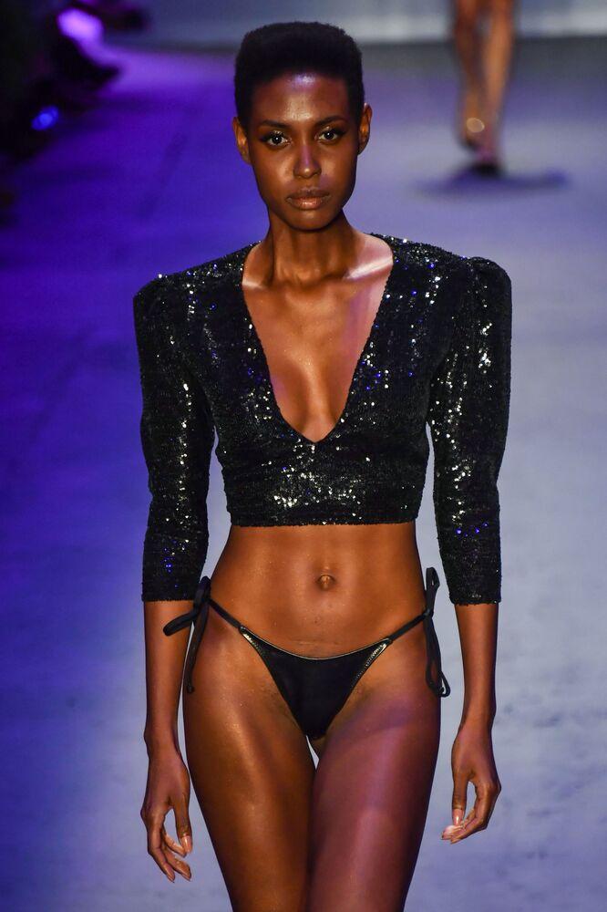 Com peças brilhantes, modelo desfile para o estilista Amir Slama na SPFW