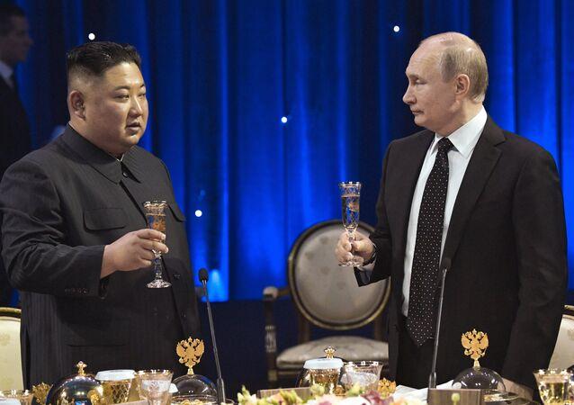 O presidente russo, Vladimir Putin, em reunião com o líder norte-coreano, Kim Jong-un (arquivo)