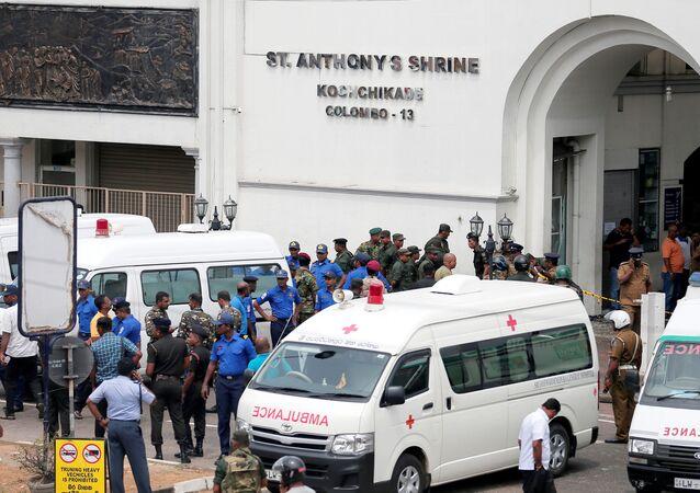 Oficiais militares cingaleses montam guarda em frente ao Santuário de Santo Antônio, a igreja de Kochchikade.