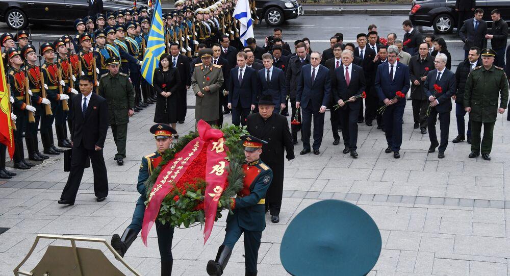 Líder da Republica Popular da Coreia do Norte, Kim Jong Un participa na cerimônia de colocação de grinalda em Vladivostok.