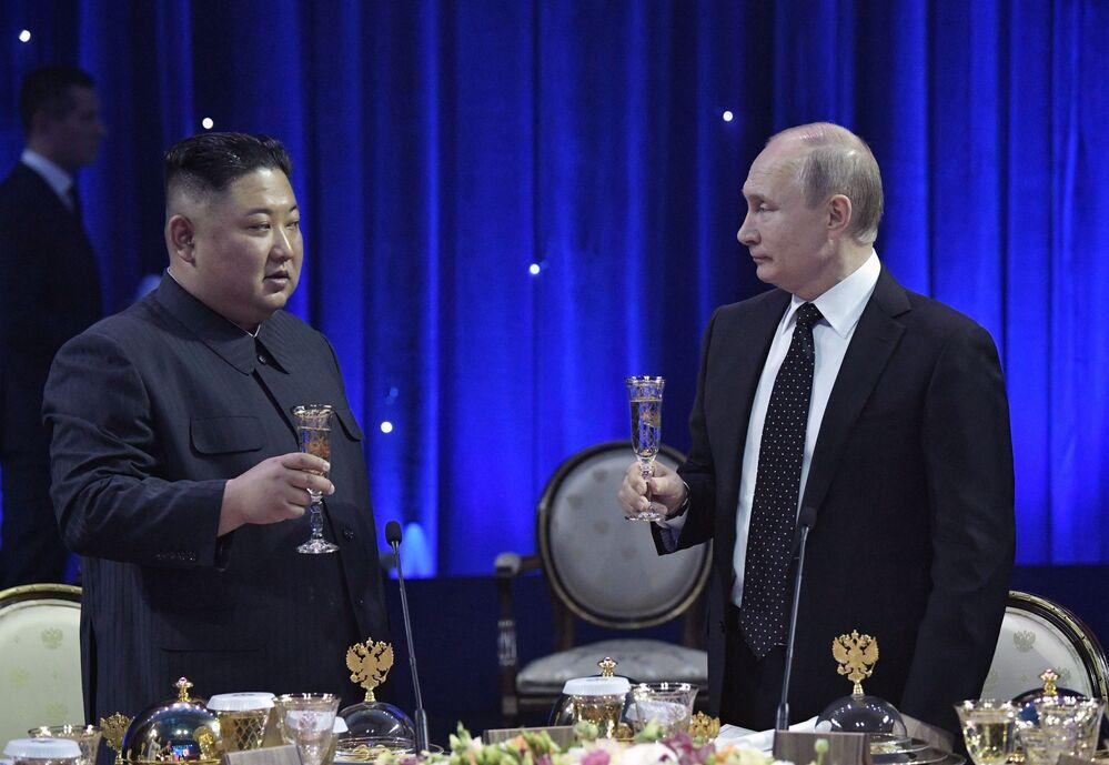 O presidente da Rússia, Vladimir Putin, participa da cerimônia oficial organizada em honra do secretário-geral do Partido dos Trabalhadores e líder supremo da Coreia do Norte, Kim Jong-un, após as negociações bilaterais em Vladivostok