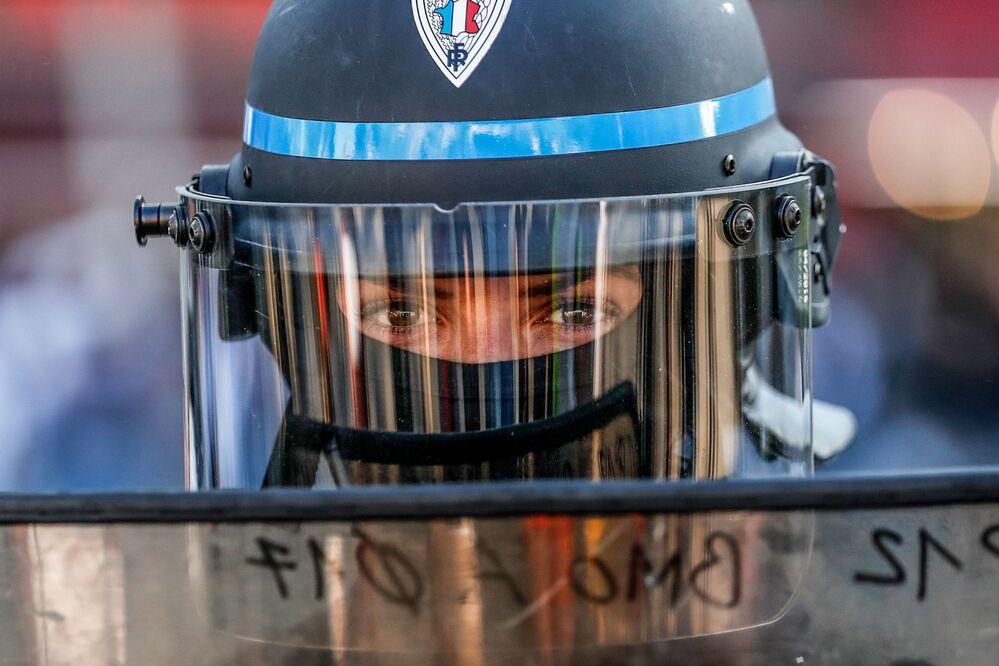 Um policial fotografado durante manifestação antigovernamental dos coletes amarelos em Paris, França