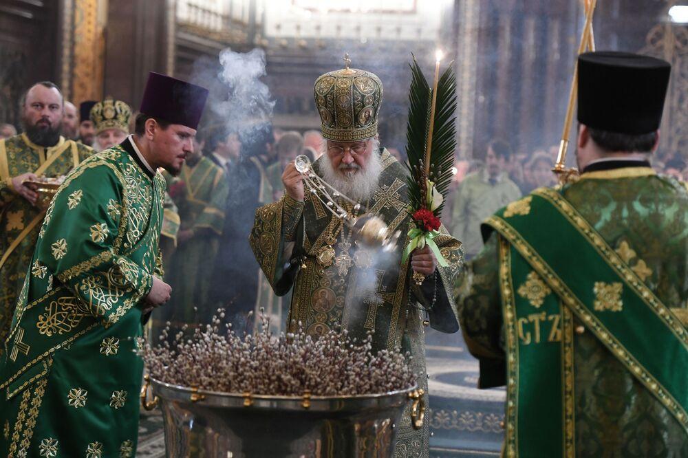 O patriarca de Moscou e de toda a Rússia celebra o culto ortodoxo na véspera do Domingo de Ramos na Catedral de Cristo Salvador na cidade de Moscou