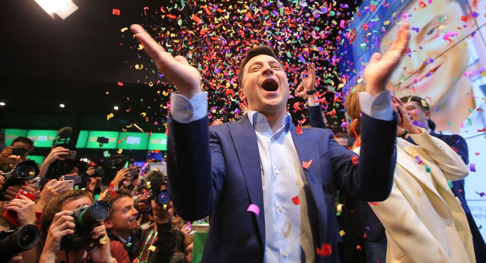 O então candidato à presidência da Ucrânia e atual vencedor das eleições, Vladimir Zelensky, comemora os resultados do segundo turno da votação