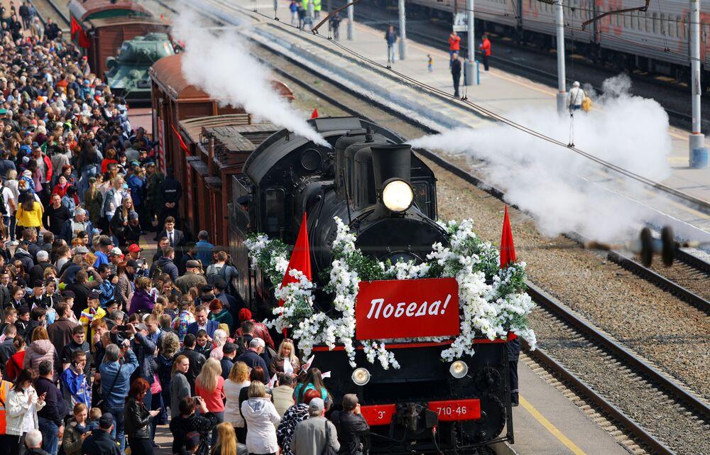 Moradores da cidade russa de Belgorod festejam a chegada do Trem da Vitória