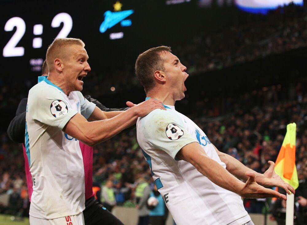 Jogadores do clube de futebol russo Zenit, Igor Smolnikov e Artem Dzhuba, celebram gol marcado durante o Campeonato Russo de Futebol