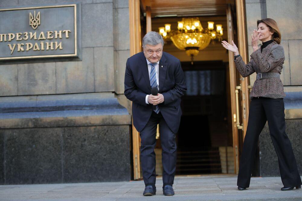O presidente da Ucrânia Pyotr Poroshenko agradecendo a seus apoiadores em Kiev, Ucrânia