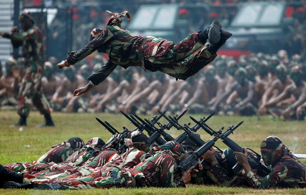 Soldado das tropas de operações especiais do Exército indonésio efetua um salto durante a celebração do 67º aniversário da criação das forças de operações especial da Indonésia, realizada na capital do país, Jacarta