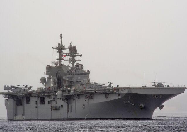 O navio de assalto anfíbio USS America (LHA 6)