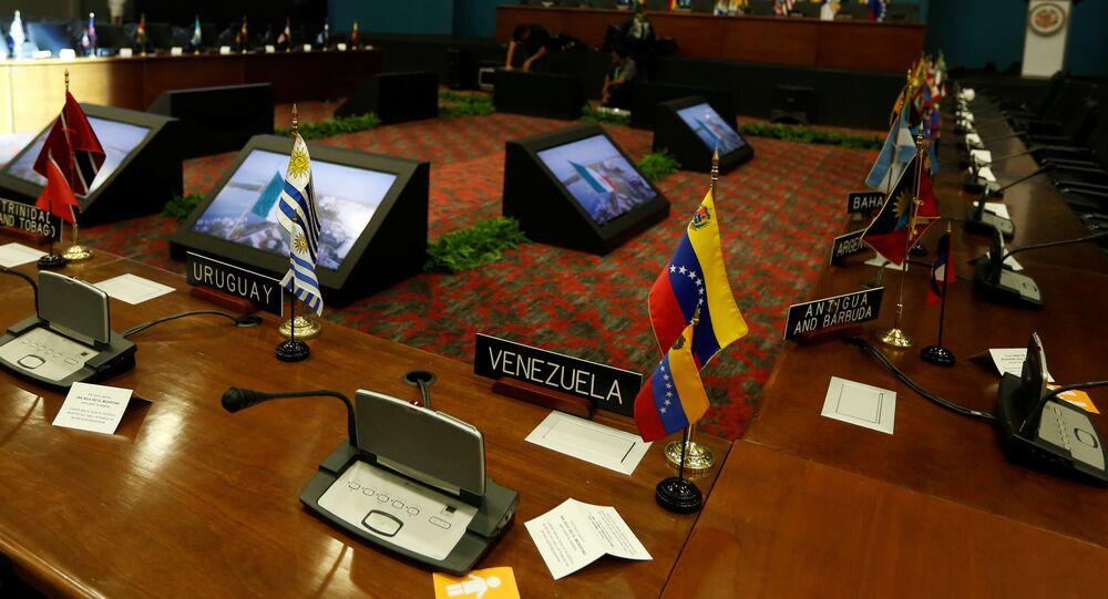 Mesa de reunião de chanceleres da OEA no México em 18 de junho de 2017