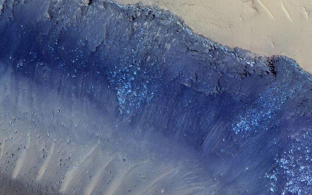 Cerberus Fossae é um conjunto íngreme de depressões que cortam planícies vulcânicas em Marte